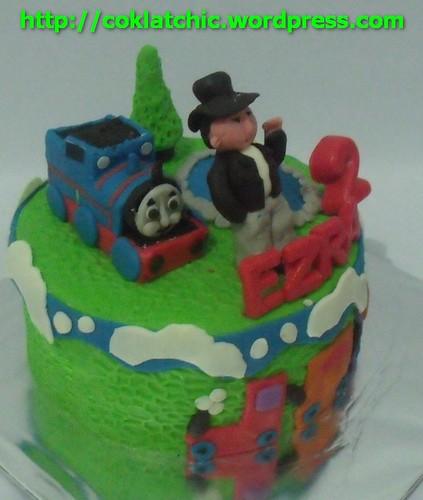 Cake dengan tema Thomas the tank engine berikut minicakenya dan ...