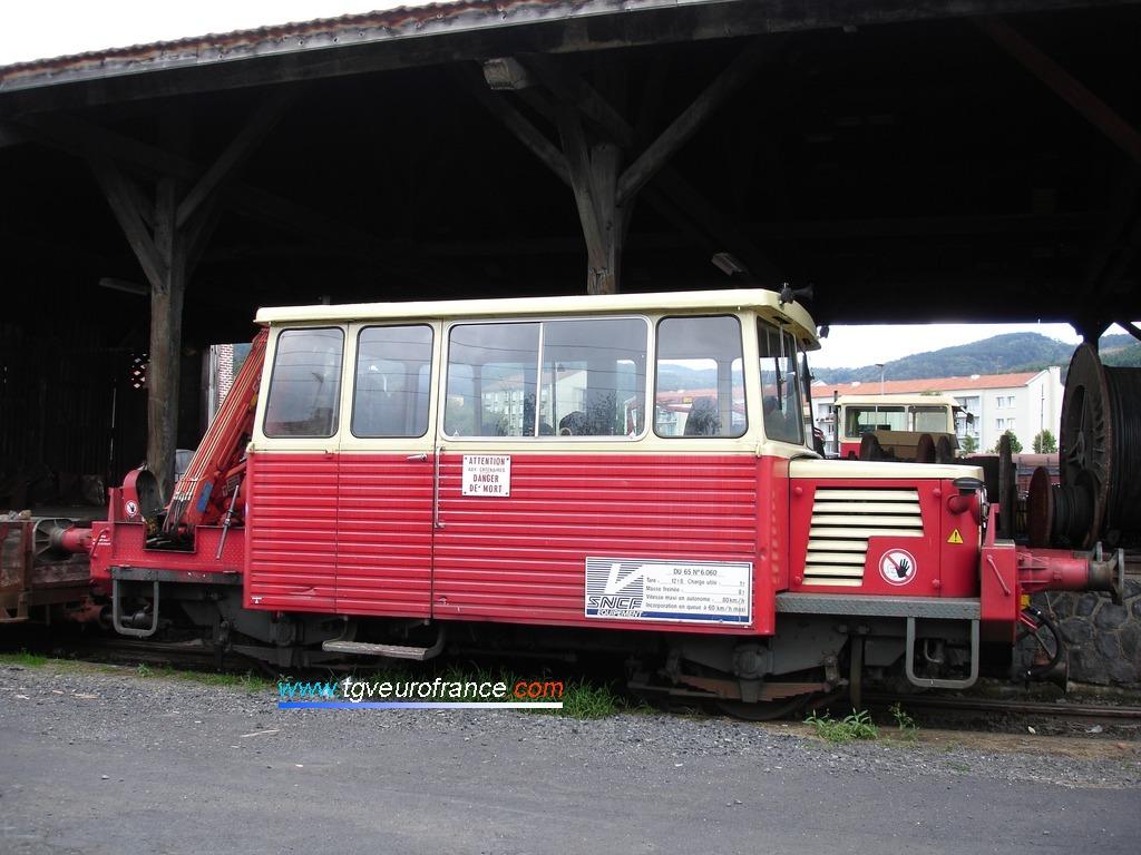 Vue de profil d'une Draisine Unifiée (DU 65) de la SNCF dans sa livrée d'origine beige et rouge