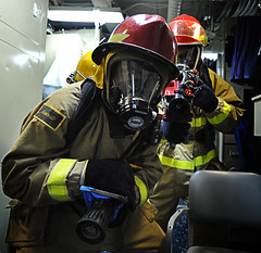 Sailor attacks a simulated fire during a general quarters drill. (Official U.S. Navy Imagery) Tags: training navy sailor usnavy guidedmissilecruiser gulfofaden ussprincetoncg59 ctf151 combinedtaskforce151