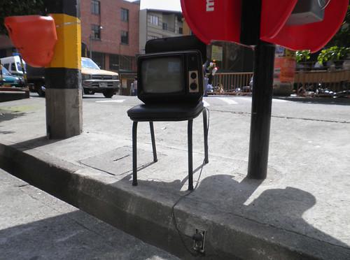 ENCIENDE TELEVISOR PARA LA VENTA Y SE VA