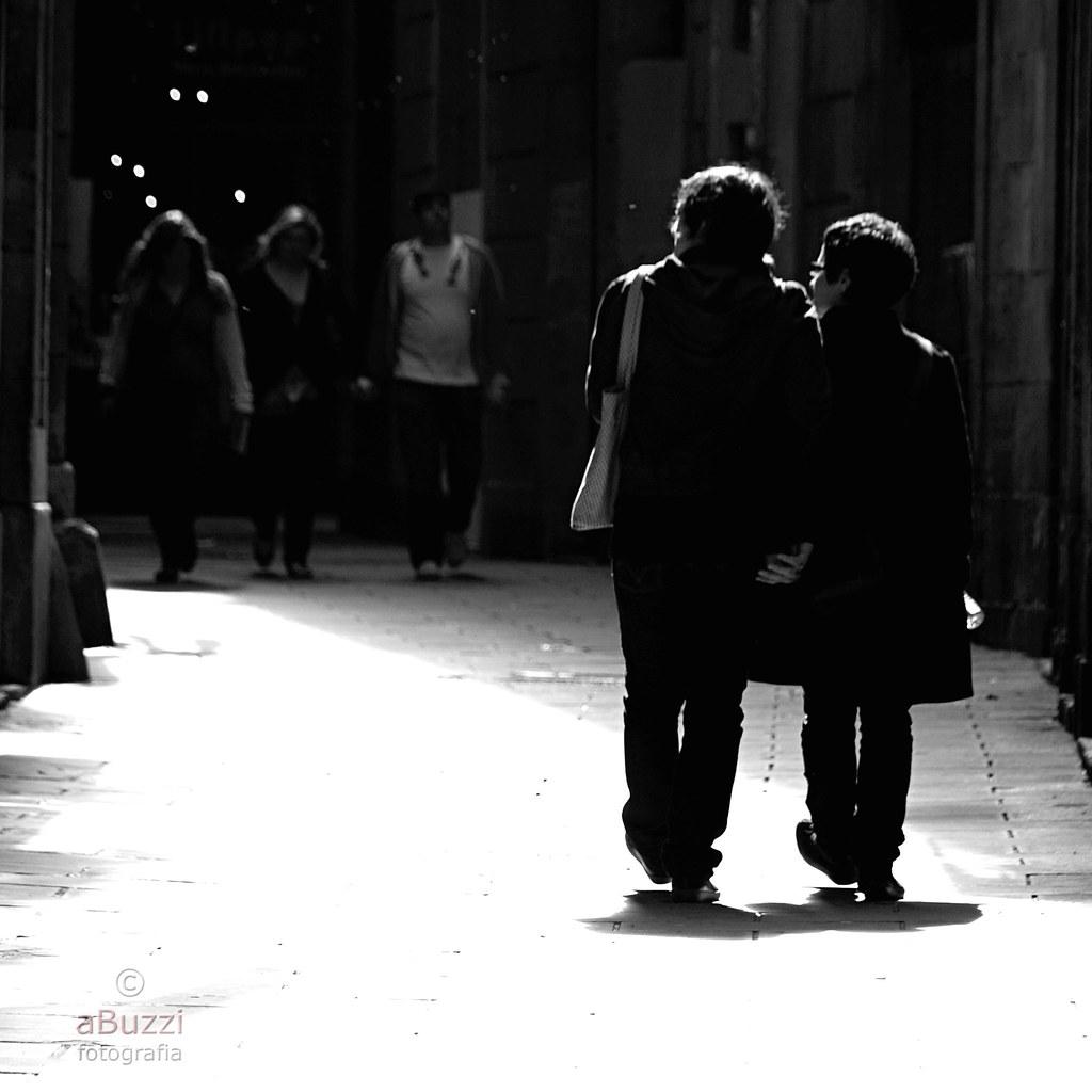 pel costat assolellat del carrer