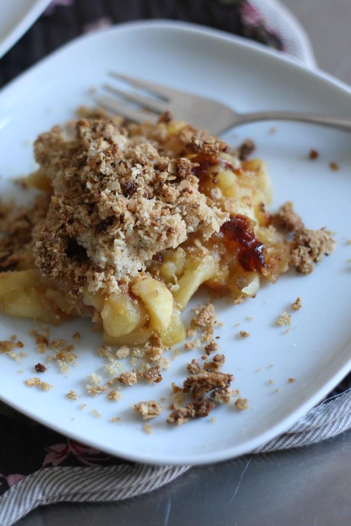Poêlée de pommes et crumble de flocons de céréales au beurre salé