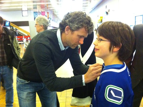 Trevor Linden signing jerseys at the Whitehorse airport #SHDiC