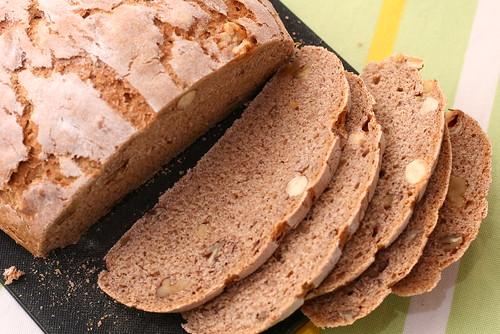 Roggen-Sauerteig-Brot mit Nüssen