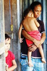 住在西帝汶再安置地Sulit的前東帝汶難民。想 返鄉,但兒女成群、經濟困難。圖片提供:王郁萱。