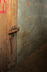 0916 Parede, porta, punta e picaporte. (orxeira) Tags: porta punta prego cemento minimalismo madeira parede bloque linha granxa 2011 picaporte 0916 lia carabilla orxeira febreiro2011 orxeirafebreiro11 0916916