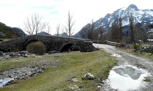 Puente de los Campos de Lugueros, con reflejos del monte Bodón.