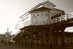 Muelle Mar del Tuyu. (Claudio German) Tags: bw blakandwhite beach canon eos arquitectura bn fotos fotografia fotografias muelles xti 400d fotografosargentinos