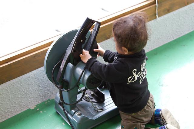 高速切断機で遊ぶ1歳児