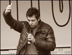 Un leader del popolo Rom dotato di acuto senso dell'umorismo (emilius da atlantide) Tags: radio internet viagra piazza popolo davide carnevale golia manifestazione resistenza televisioni alkaseltzer diretta massmedia digestivi democrazia radiopopolare minaccia difesa dariofo borsellino antifascismo opposizione resurrezione quaresima moniovadia integratorialimentari radiofonica emilius nandodallachiesa popolarenetwork costituzionerepubblicana milano12marzo2011 dittaturamediatica docentiuniversitari emittenzaindipendente rischiperlasalutedeglialtri
