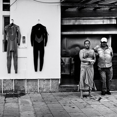 Double Body (Gerald Verdon) Tags: street leica portrait bw copyright men beach portugal square europe surf rangefinder fav20 nb m8 fav30 verdon carr estoril ultron fav10 fav40 surfist allrightsreservedgraldverdon streetphotographycandidstreetportrait