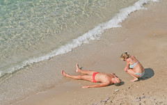 Sep 24: Beach Talk, Terrasini, Sicily (johan.pipet) Tags: flickr sicily siclia italy taliansko eu europe sea beach terrasini sunny autumn water sand couple moment warm palo bartos barto canon fall