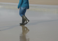 Beach walk in Dunlops (willi2qwert) Tags: rubberboots rainboots regenstiefel gummistiefel gumboots girl wellies wellingtons wasser women water wave watt beach strand