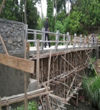 5560564332 cfd48a34e4 Menggali Swadaya, Tingkatkan Kualitas Infrastruktur