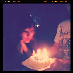 เป่าเค้กวันเกิดเพื่อนครับ
