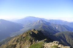 西穂高岳から見た焼岳(手前)と乗鞍岳