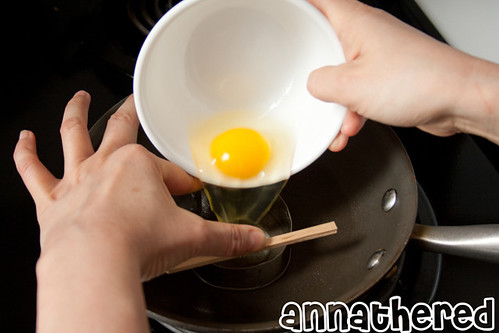 How to use a handmade Totoro metal cutter to cook an egg
