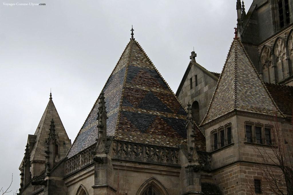 Les toits pointus, étincellants quand il pleut