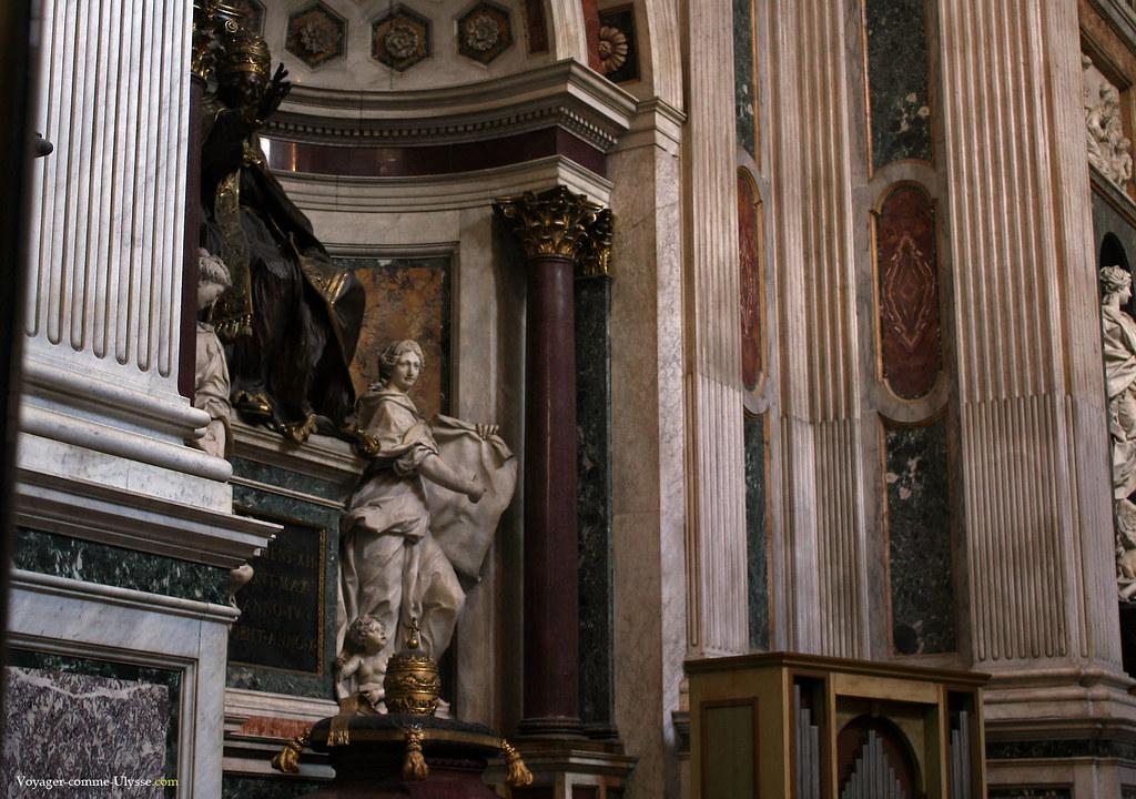 Tiare Papale. Au dessus, statue en bronze du pape Clément XII, coiffé d'une tiare