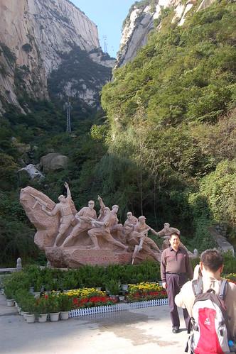 Am Fuss der Seilbahn beginnt der Army Pfad hinauf. Vor dem Denkmal machen Chinesen Fotos