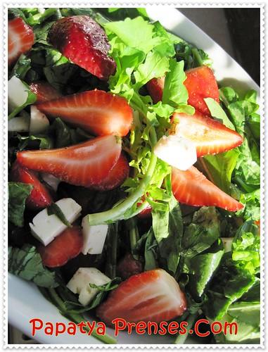 çilekli roka salatası