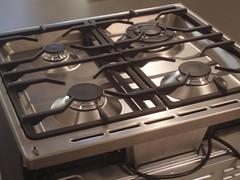Branders van SMEG fornuis SNL61MFA5 (foto genomen vanaf achterzijde) (deschouwwitgoed) Tags: smeg fornuis branders wokbrander gietijzeren snl61mfa5 pandragers