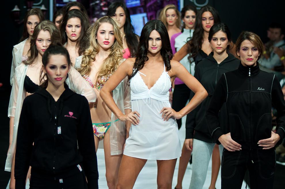 Leryn Franco y otras modelos posan en la pasarela con las prendas de Kalua, en el penúltimo desfile de la noche del viernes 8 de Abril. (Elton Núñez - Asunción, Paraguay)