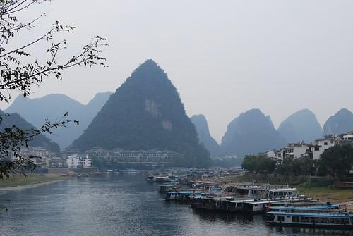 Blick auf den Hafen von Yangshou, links der Li, rechts der Yulong Fluss, deutlich zu sehen die Boote und Fähren für Touristen