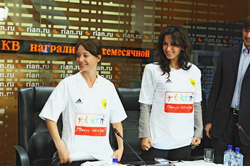Тина Канделаки и Чулпан Хаматова в футболках фонда «Подари жизнь»