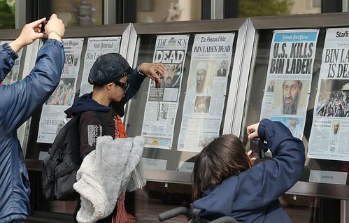 Curiosos fotografian las portadas en el News museum