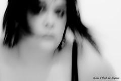 Entre deux moments de folie (Sous l'Oeil de Sylvie) Tags: portrait blackandwhite selfportrait blur me crazy autoportrait noiretblanc pentax femme makeup moi setup maquillage flou folie k7 sousloeildesylvie