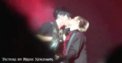 adam lambert kiss!