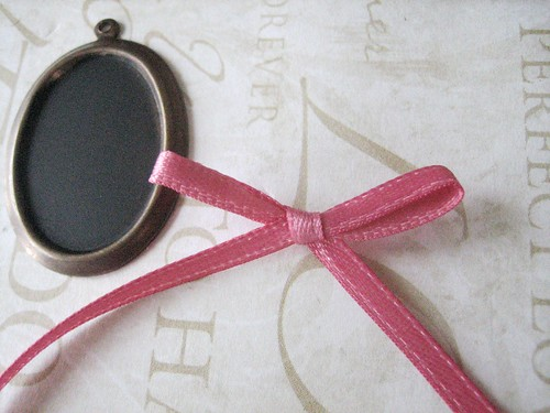 chalkboard necklace diy - making the ribbon bow