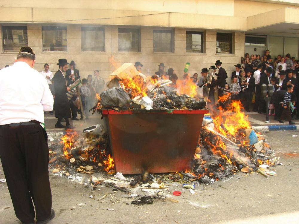 18-04-2011-burning-chametzin-bnei-brak3