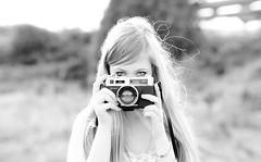 (Luis Hernandez - D2k6.es) Tags: light bw sun white black blanco sol girl canon atardecer 50mm dof bokeh 14 negro retro desenfoque flare rubia campo yashica camara maquillaje enfoque 50d