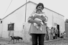 Mam con bebe - Santa Fe (Uri Gordon) Tags: poverty people bw dog baby santafe love argentina gente amor mother mama bn perro latinoamerica bebe infancia pobreza