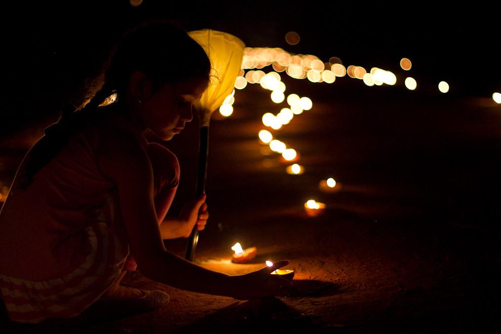 Tañarandy, tierra de los irreductibles, otra entrega del 2011. Una niña al borde del camino, iluminado por miles de velas que guían a los feligreses que acompañan a la Virgen. (Tetsu Espósito - San Ignacio, Paraguay)