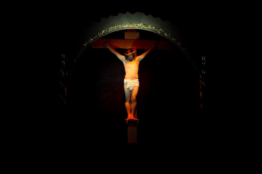 El Cristo Crucificado, uno de los cuadros vivientes que presentó el artista plástico Koki Ruiz, en el Teatro Vivo, realizado en el centro de San Ignacio. (Tetsu Espósito - San Ignacio, Paraguay)