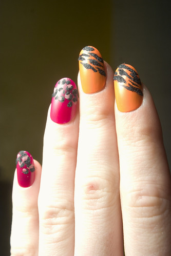 Flocked nails: animal print, detail