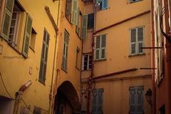 [ vicolo di sguardi ] (magdaebasta) Tags: giallo yellow menton francia vicolodisguardi muri finestre walls windows vicolo ruelle alley