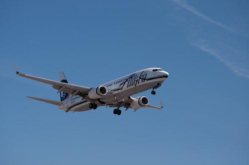Hawaii-bound Alaska Airlines flight strikes bird, returns to Sacramento airport