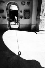 Hrom (bebo82) Tags: street blackandwhite bw port person persona strada pentax porta crutches pola arcs biancoenero tenda pula archi stampelle pentaxk20d pentaxk20
