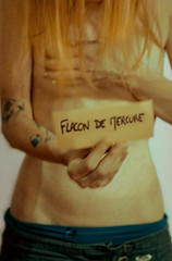 flacon de mercure (  Pounkie  ) Tags: woman selfportrait me girl tattoo ink self hand message autoportrait femme main grain vivid moi note freckles flou tatouage  veine tchederousseur pounkie flacondemercure cestvivant