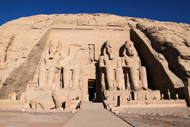 エジプト、アブシンベル大神殿正面