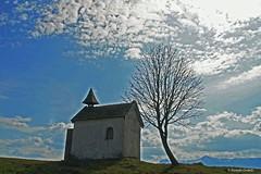 Its Fhn-weather (Renate Dodell) Tags: dorenawm aidlingerhhe bayern bavaria aidling riegsee kapelle chapel baum tree himmel sky wolken clouds blau blue mygearandme mygearandmepremium mygearandmebronze