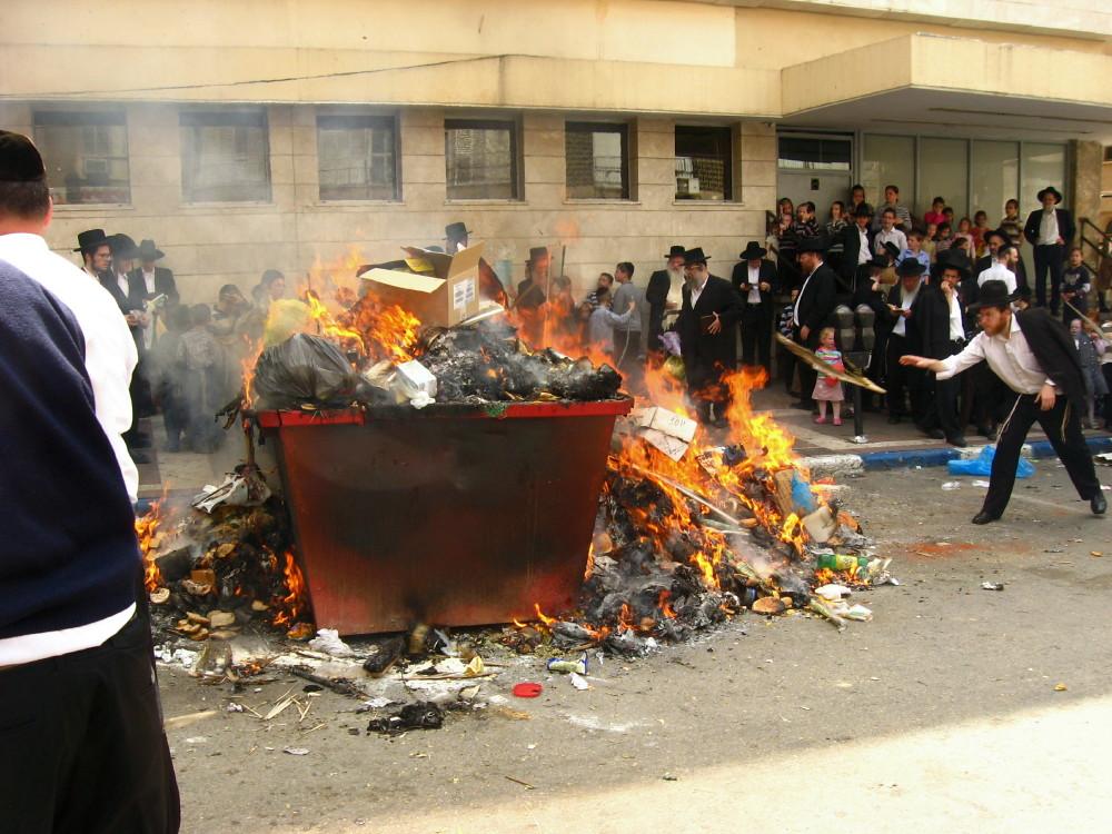 18-04-2011-burning-chametzin-bnei-brak4