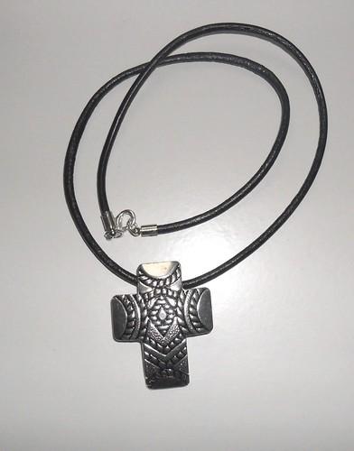 Colar com cruz metálica by Fuxiquices-da-isa