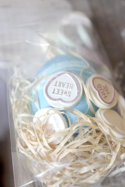 verpacktes Osterei mit Liebesbotschaft
