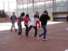 En la fotografía se puede ver a un grupo de alumnas del PCPI jugando a fútbol en la cancha deportiva anexa al centro.