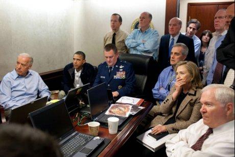11e03 Obama y su equipo siguen la operación asesinato de Bin Laden Foto del Día en la Casa Blanca